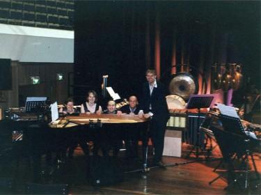 Willem Jeths, componist van TIM/BA voor o.a. piano, gamelan en (brekend) glas, met de musici