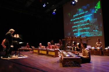 Antara Benua dan Benua: poëzie, gamelan, slagwerk, voordracht, 'tape'muziek en beeld