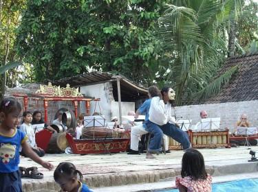 repetitie voor benefietconcert met Miroto Dance Company in Bantul op Java na de aardbeving